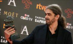 El-realizador-Fernando-León-de-Aranoa-con-el-Goya-al-mejor-guión-adaptado-por-su-trabajo-en-Un-día-perfecto-durante-la-ceremonia-de-la-30-edición-de-los-Premios-Goya.-Efe