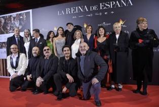 fernando_trueba_y_el_reparto_de_la_reina_de_espana_en_el_estreno_de_la_pelicula_2220_640x433